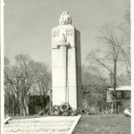 Le Cénotaphe de Montmagny, inauguré en 1946 à la mémoire des soldats morts durant les guerres du 20e siècle. Photo : Pierre Michon - Collection Centre d'histoire de Montmagny - Fonds Jean-Beaulieu