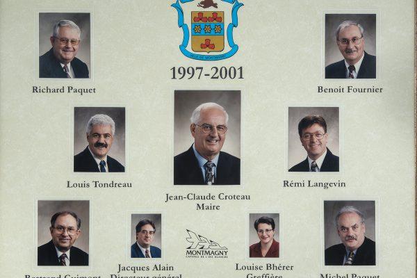 Le conseil municipal de 1997 à 2001.  Maire: Jean-Claude Croteau. Conseillers: Richard Paquet, Benoit Fournier, Louis Tondreau, Rémy Langevin, Bertrand Guimont, Michel Paquet. Directeur-général: Jacques Alain. Greffière: Louise Bhérer.